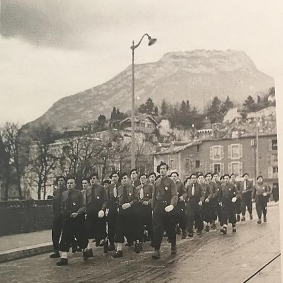 Défilé des compagnons de France en 1941 sur le pont proche de la porte de France