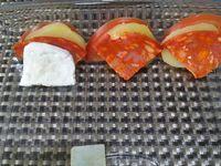 3 - Mettre le four à préchauffer th 6 (180°). Disposer, en les alternant, les tranches de pommes de terre, tomates, chorizo et mozzarella dans un plat allant au four. Arroser d'un filet d'huile d'olive, peler l'ail et le découper en petits morceaux, les parsemer sur les légumes. Terminer en assaisonnant avec un peu de sel, de poivre du moulin et de thym. Enfourner Th 6 (180°)  pour 10 à 15 mn.