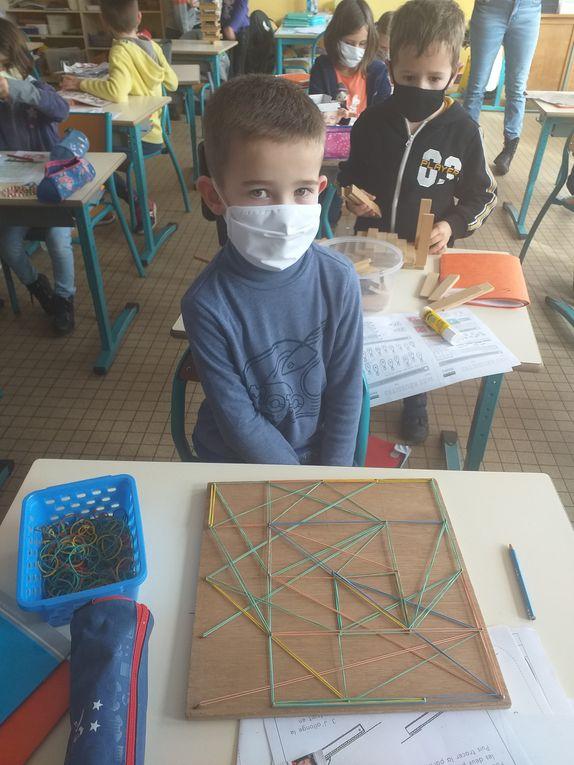 En arrivant à l'école, le matin ou l'après-midi, les enfants ont le choix d'une activité : puzzles, pâte à modeler, kapla, jeux de logique.... Leur imagination est débordante , à vous de voir....
