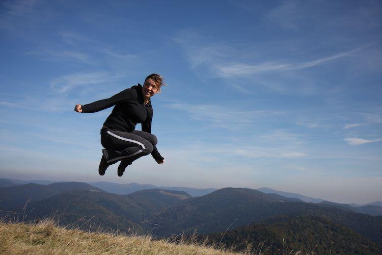 L'art du saut saut de joie dans la nature