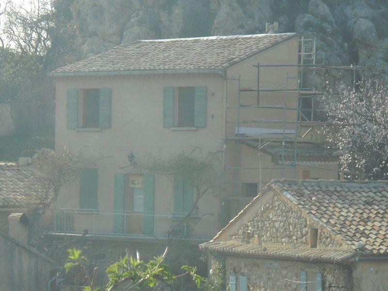 A La Roque sur Alric dans le Vaucluse - Bâtiment difficile d'accès.  Isolation en Udireco 100 mm , résistance thermique R = 2.21 . Enduit Udiperl 1.5 mm a gratter .