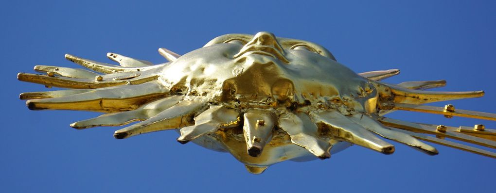 Le lion (le petit-fils !) reprit sa place sur la couronne impériale le 25 août 1929. Le lion, avec sa hampe, mesure 600 cm.