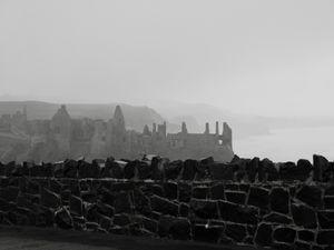 """Château médiéval au passé tourmenté par une """"Dame Blanche"""", cette star de la côte d'Antrim est également le sujet d'une chanson""""appelée """"Dunluce Castle"""" et chantée par les Irish Rovers. Enfin pour donner la pleine mesure de cet endroit, sachez qu'il a inspiré l'écrivain C.S Lewis et le château que l'on apercevoir dans """"Le Monde de Narnia""""......ça a de la gueule tout ça non ?"""