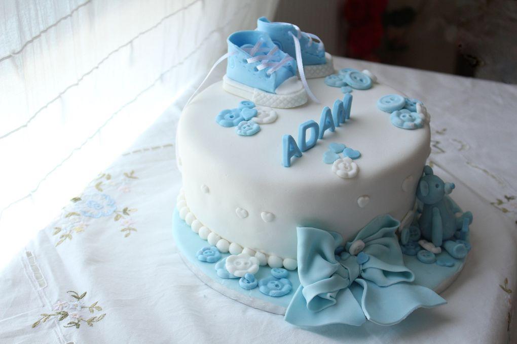 Gâteau en pâte à sucre bleu et blanc