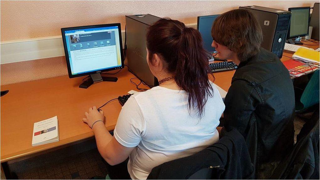 Moines copistes de la culture numérique au travail