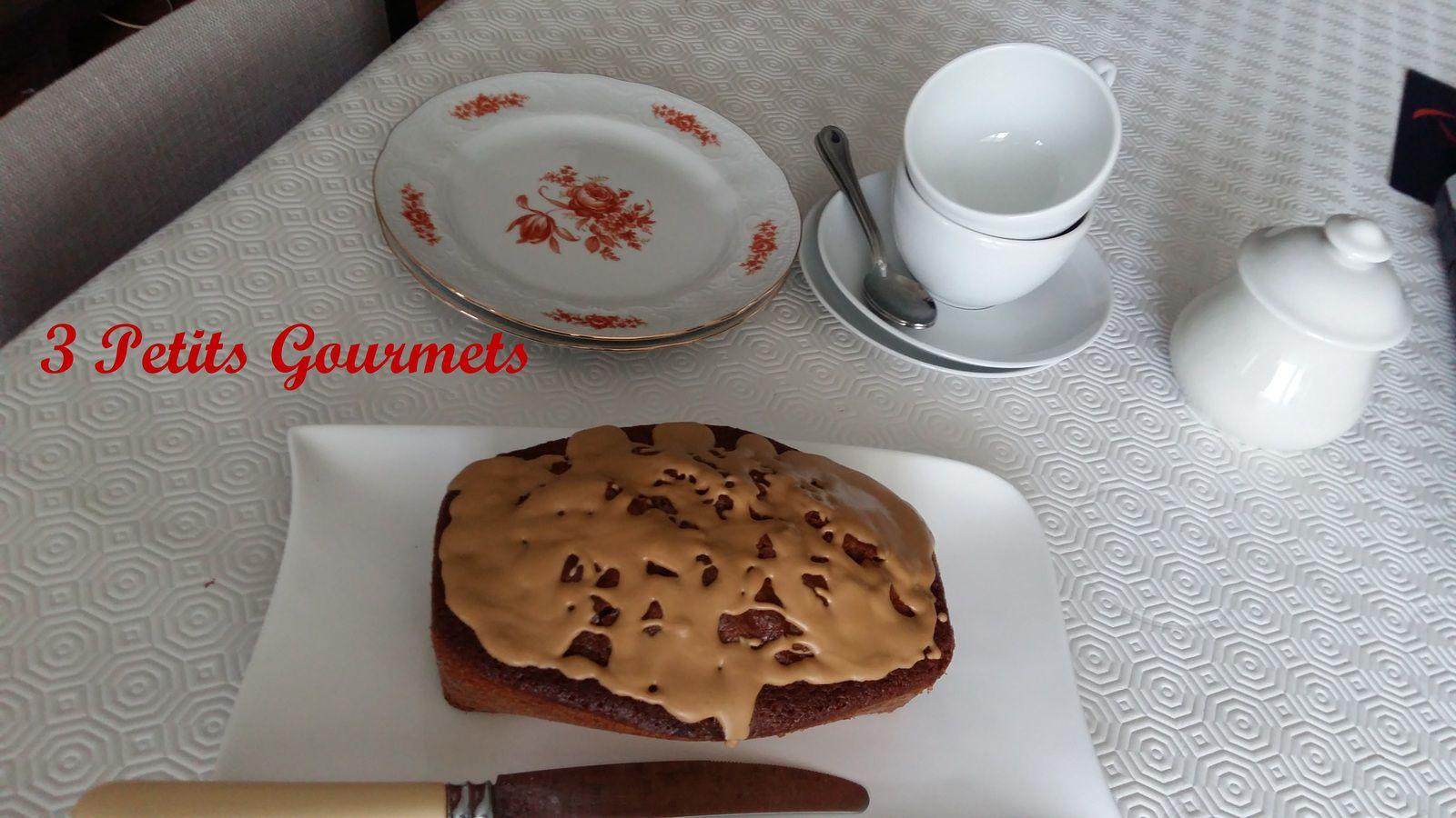 Un gâteau moelleux à la crème de marrons avec un glaçage au chocolat dulcey