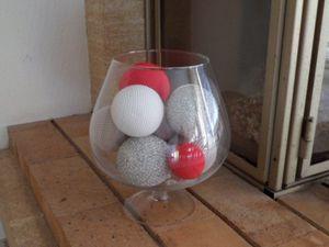 Grand verre rempli de boules.
