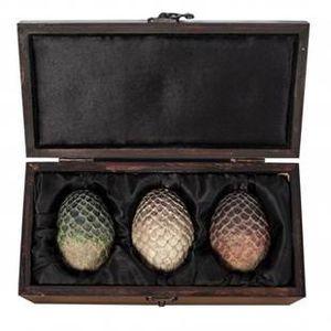 Game of Thrones – Collection d'œufs de Dragon dans un coffret  Taille du coffret en cm : 25 x 10 x1 12,5 / Taille de l'œuf en cm : 7,5 x 5,5  PPC : 89 €, en vente sur www.hboshopeu.com
