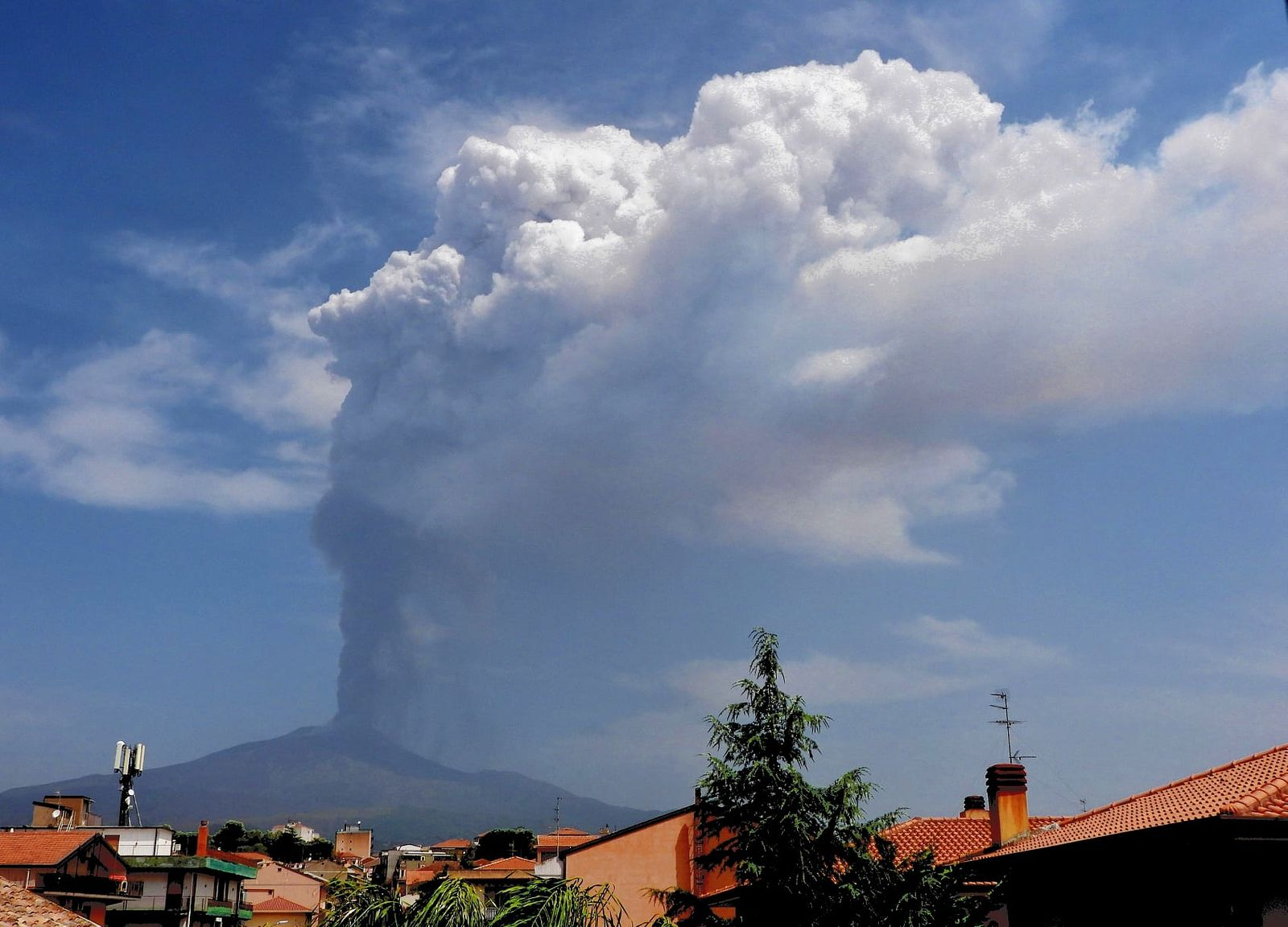 Etna - ash plume from the SE crater on the morning of 27.06.2021 - photo by Boris Behncke