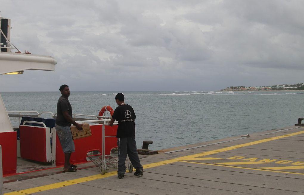 D'abord quel beau nom ! On la découvre au loin à  partir de Grande Terre de Guadeloupe ( dia 1 ). La traversée peut être mouvementée à cause des vents violents, des courants ... Puis on longe la côte avant de débarquer dans un port peu fréquenté, qui présente bien l'image de ce que va être La Désirade: une île peu touristique. Les Antillais disent que, pour avoir une  idée de ce qu'était la vie sur leurs îles, il y a une cinquantaine d'années, il faut aller à la Désirade  ou à Marie-Galante. Il est facile de trouver un logement chez l'habitant. Nous avons été accueillis comme des amis de la famille, un soir de réveillon de Noël ! La découverte de l'île à pied est un enchantement: côte sauvage, souvent rocailleuse, plages désertes, pas de plantations de canne à sucre. C'est une île différente...