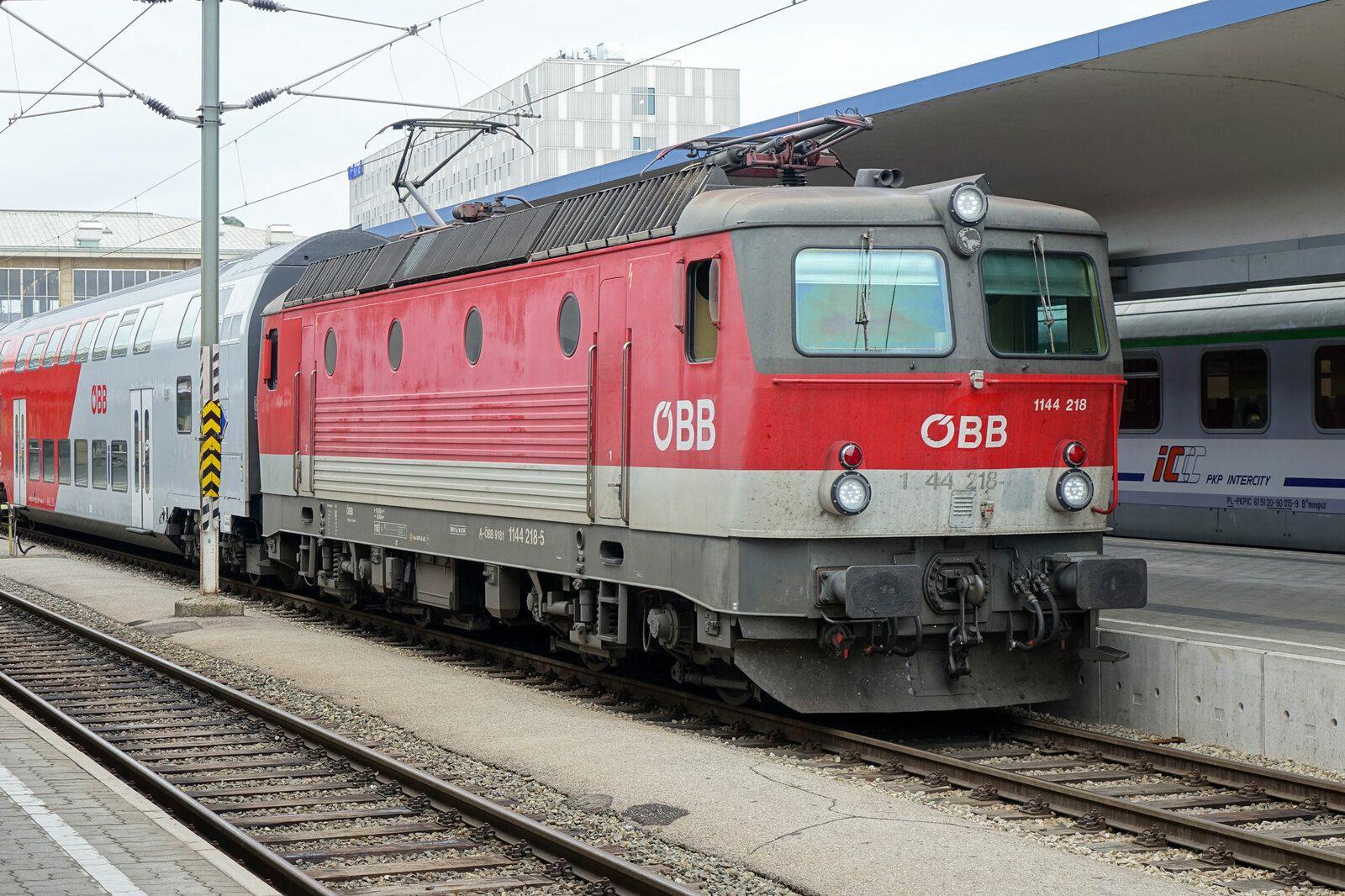 Une locomotive ÖBB de la série 1144 (5000 kW) vient d'arriver en gare de Vienne Westbahnhof en tête d'un train de banlieue à 2 niveaux le 19 août 2015.