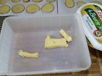 1 - Préchauffer le four à th 6,5 (200°) en position chaleur tournante. Bien laver et sécher les pommes de terre. Les découper en très fines lamelles à la mandoline ou avec un couteau bien aiguisé. Les poser sur du papier absorbant et laisser sécher quelques minutes. Mettre environ 50 gr de beurre dans un récipient et faire fondre au micro-ondes (augmenter la quantité de beurre en fonction du nombre de roses de pommes de terre à réaliser). Placer les rondelles de pommes de terre dans le beurre fondu et bien mélanger pour qu'elles soient bien enrobées. Poivrer et saler très légèrement.