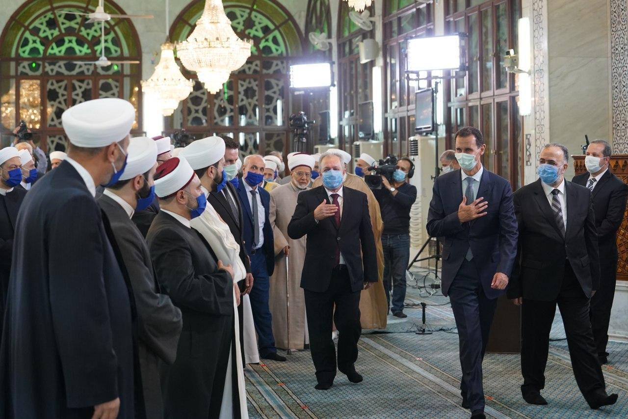 28/10/2020   Dama-SANA/  Le président Bachar al-Assad a pris part à une cérémonie religieuse, organisée ce soir par le ministère des Waqfs, à l'occasion de l'anniversaire du prophète Mohammad dans la mosquée de Saad Bin Mo'az à Damas, où il a fait la prière de Maghrib.