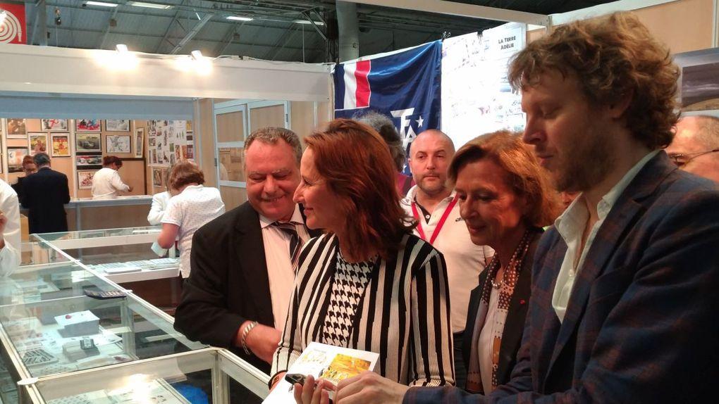 Julien Gauthier aux côtés de Ségolène Royal lors du Salon ParisPhilex 2018.