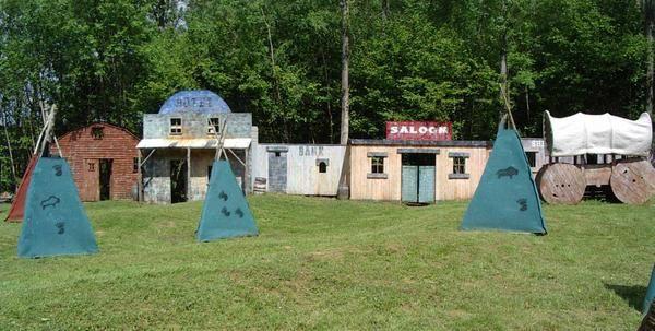 L'aire de jeu d'une superficie de 3 hectares est découpé en terrains à thème: - le fort viking - le farwest - la tranchée - le campement GI - le Speedball pneu - le Speedball palette - le village