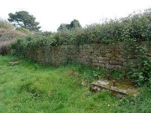 La traverse terrassée qui protège l'intérieur du fort et le parapet d'artillerie ouest avec ses plateformes pour affûts de côte