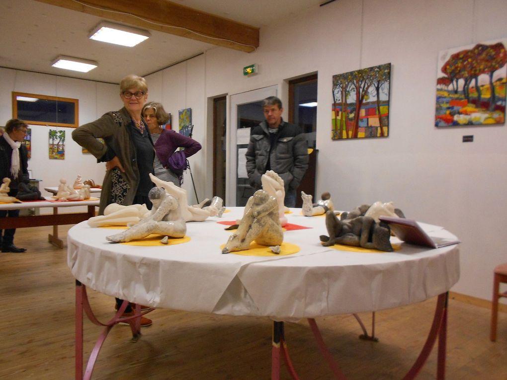 """Carole (peinture-collage),  Lydie (sculpture) et Marie (pastel) s'étaient réservée le local de coloc'art pour un week end. Le vernissage s'est déroulé en musique avec la chorale """"Les Voix Là"""""""