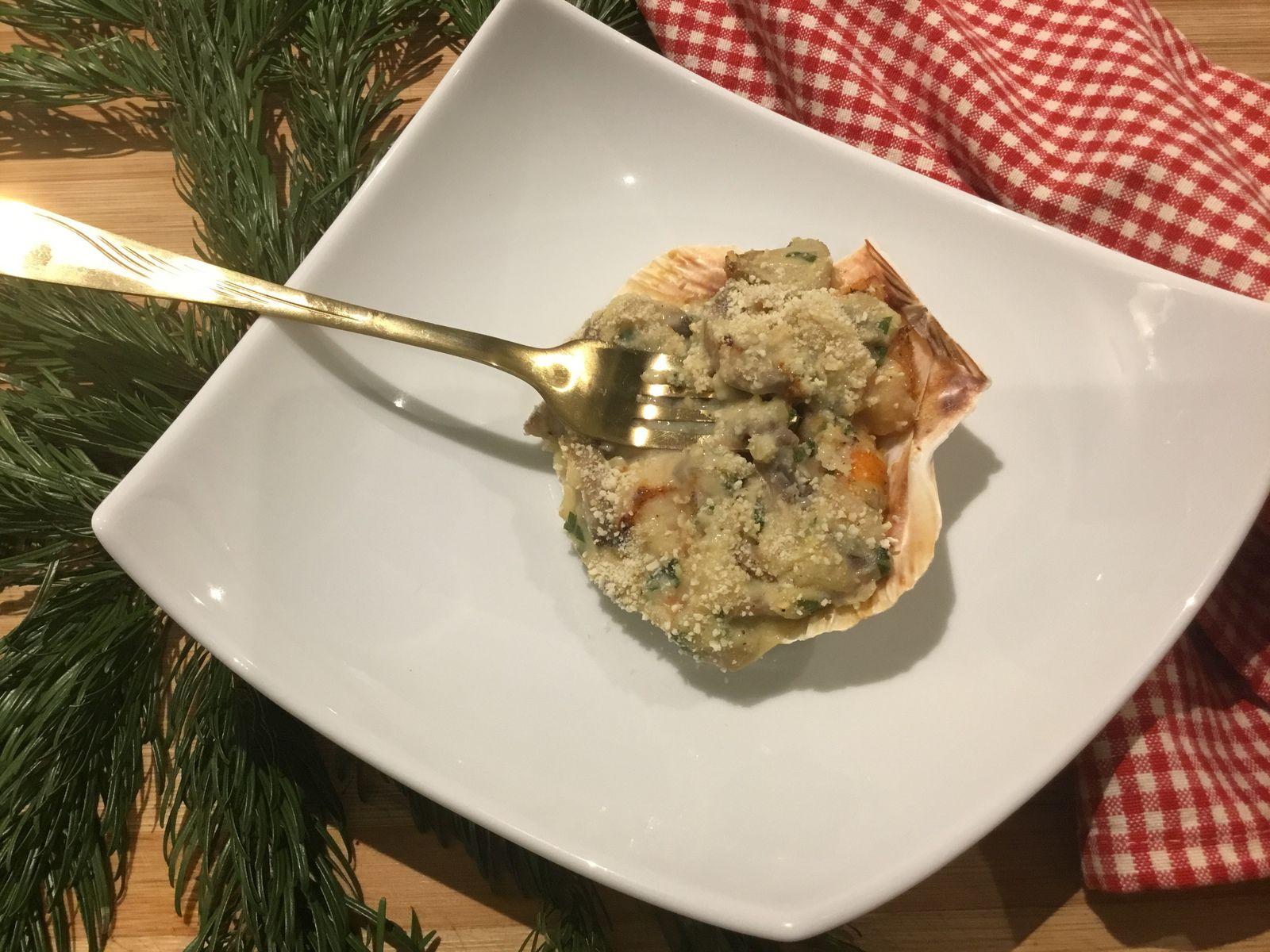 Noix de Saint Jacques, crevettes, champignons en coquille