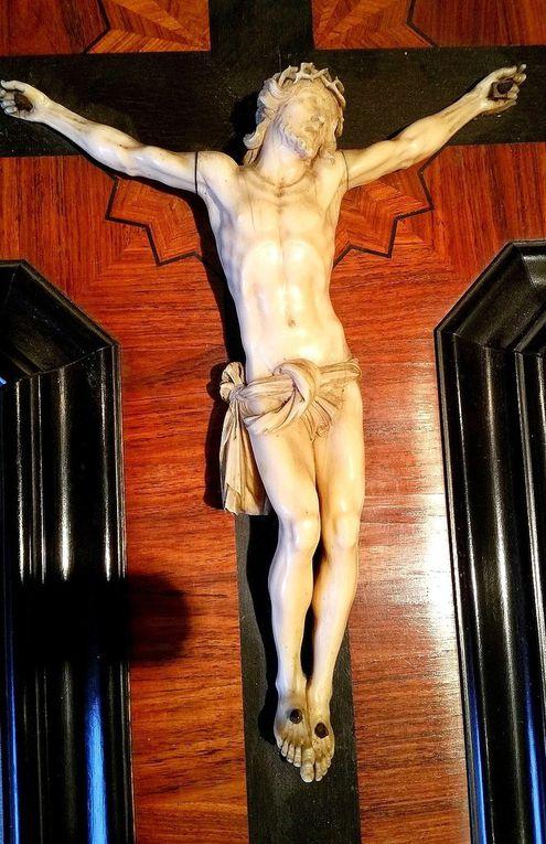 Crucifix Christ en croix en ivoire finement sculpté avec couronne d'épines portant le phylactère INRI