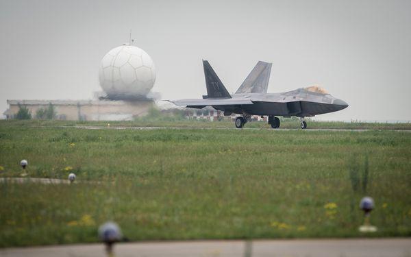 © US Air Force - Arrivée d'un F-22 Raptor sur la base de Mihail Kogalniceanu, en Roumanie.