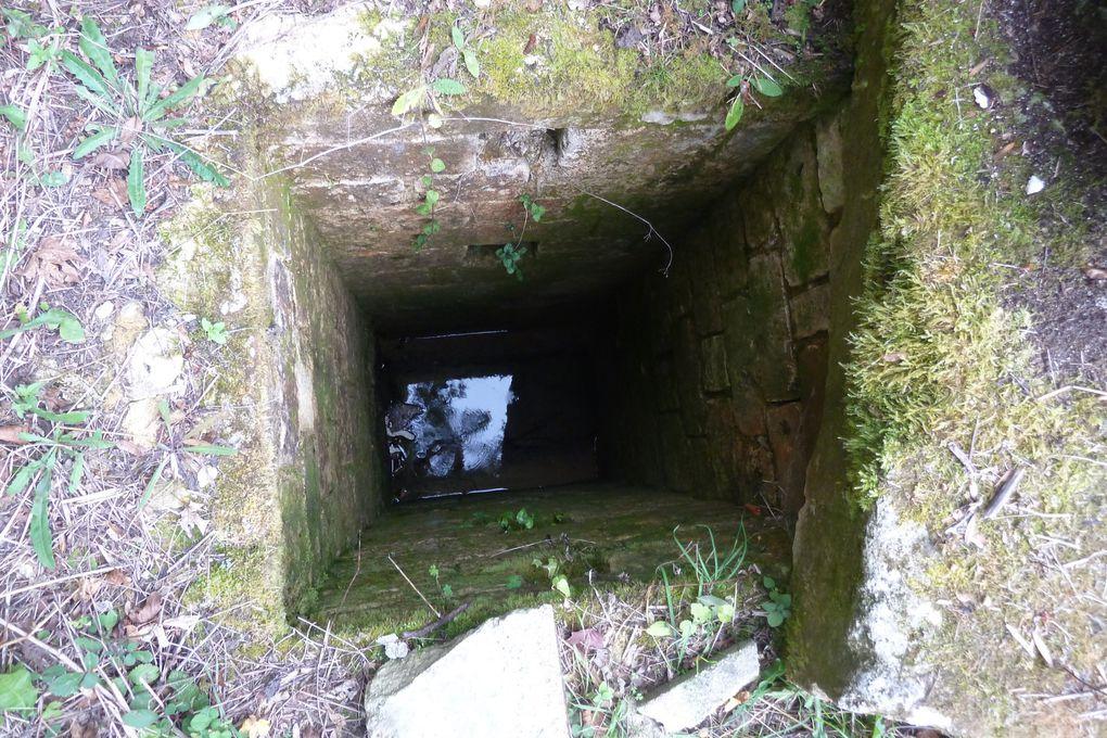 """A quelques kilomètres de la ville qui deviendra Saintes, les ingénieurs romains, avec de nombreux travailleurs, avaient su capter les sources qui devaient abreuver la population de ce pays des Santons devenu gallo-romain. Les archéologues modernes se sont vraiment penchés sur la question de ces aqueducs, sources et fameux puits de jour, mais ce n'est pas tout..... En effet la découverte d'u d'un fameux lavoir, sur la commune du Douhet, souleva bien des questions et interprétations... avant d'être baptisé d'un nouveau nom..... """" baptistère """" ...!!!! Avec un siège qui ne pouvait être que le """" fauteuil """" de l'évêque chrétien d'alors...."""