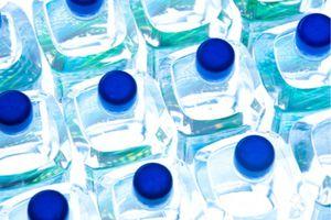 L'eau en bouteille contaminée par des particules de plastique