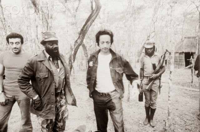 Jonas Savimbi au temps de la guerre civile, avec son conseiller, l'écrivain et éditeur français Dominique de Roux