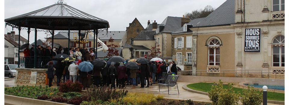 Hommage et Deuil National à Château du Loir respecté ce jeudi 8 janvier sur le parvis de l'Hôtel de ville.