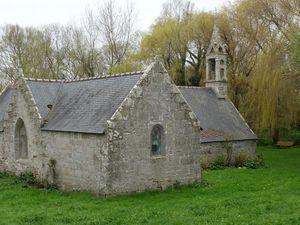La source est à l'angle de la chapelle (dernière photo)