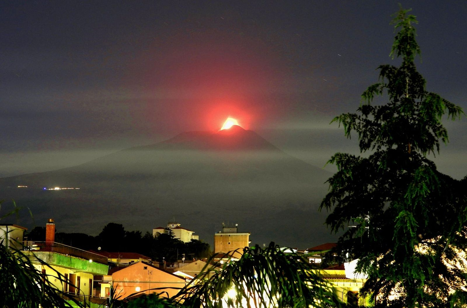 Etna SEC - 24.05.2021 / 22:23 - Lava fountain; the haze in layered layer is due to fires - photo Boris Behncke