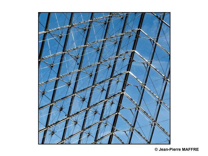 Voici la pyramide du Louvre comme vous ne l'avez peut-être jamais vue.  Attention : toute demande d'exploitation commerciale de ces photos devra être obligatoirement soumise à l'approbation du Musée du Louvre.