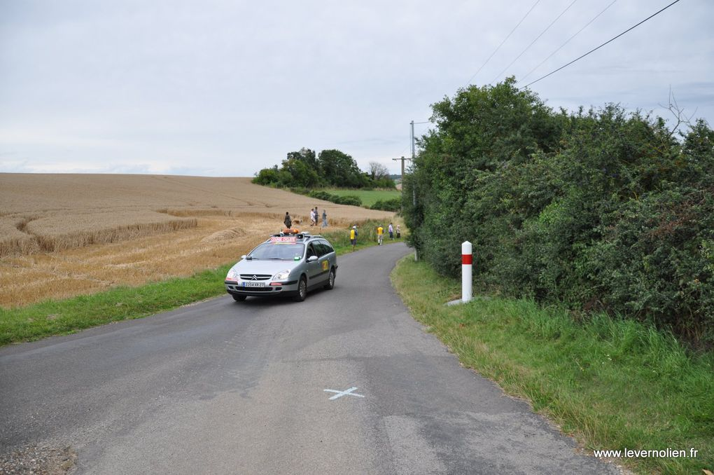 Course UFOLEP a Fains. 1ere et 2 cat. Les deux premiers tours et ensuite les 4 montées de la cote. Chaque montée séparée par la voiture ouvreuse. Ensuite l'arrivée de la 3ème catégorie.