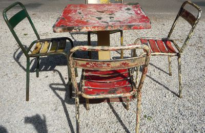 SALON 1 TABLE MINI KUB ET 6 CHAISES T1 TOLIX 1950 RESIDUS MULTICOLORES