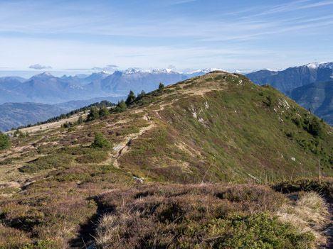 Montée des Drapeaux des sections de l'UNC du Dauphiné au sommet du Grand Rocher en Belledonne.