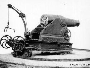 A gauche, mortier de 270 mm mle 1889 de l'armée de terre, à droite, mortier de 30 cm mle 1893 (version du mle 1883 à chargement par la culasse) de la marine