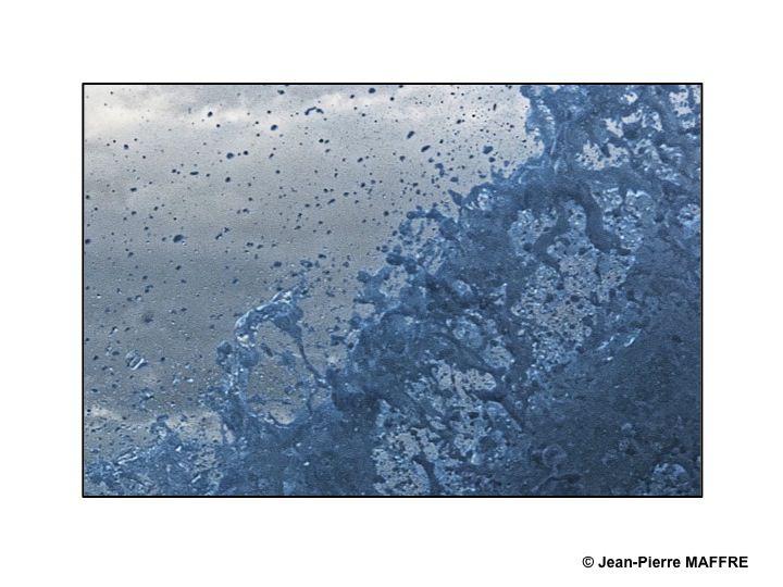 Lors des grandes marées les vagues qui se brisent sur la jetée de Saint-Malo créent des graphismes éphémères de toute beauté.