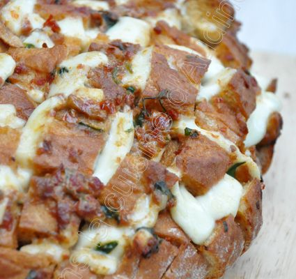 Cheesy Pull Apart Bread tomate moza
