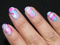 Nail Art Water Marble bleu et rose