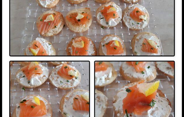 Blinis au saumon et fromage ail et fines herbe