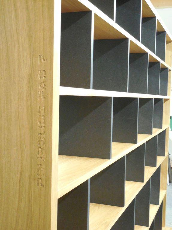 """Bibliothèque contemporaine """"BricK"""" en chêne et Valchromat noir"""