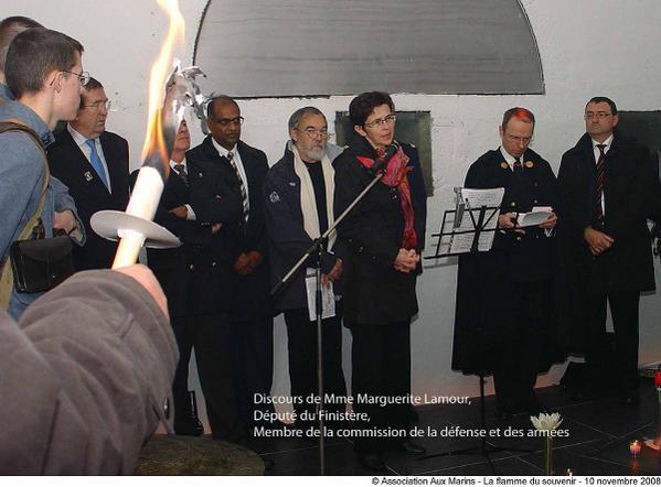 10 novembre 2008-Ravivage et partage de la flamme du souvenir allumée à l'Arc de Triomphe de Paris le 8 novembre.