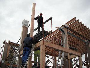 Une fois ce poteaux supérieur placés, nous pouvons y fixer les ceintures hautes et ainsi terminer la pose des TJI