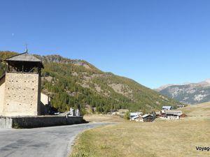 Eglise de Molines-en-Queyras et hameau de Grosse-Pierre (1800 m)