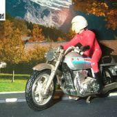 VIEILLE MOTO YAMAHA AVEC SON PILOTE DEUX ROUES INCONNU - car-collector.net
