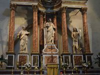 Datant de 1095, lors de la fondation de la ville, elle est constituée d'une premier édifice à nef unique dont la particularité est le portail sculpté du XIIe. Elle sera remaniée au XIIIe siècle par l'adjonction d'une seconde nef.