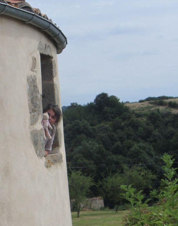 """Un lieu pour se retrouver, pour écrire le dehors en toute sérénité à la Tour d'Auzay, des balades pour faire ressurgir l'inattendu, une table avec des produits sains du jardin, un âne """" Orak"""", des chambres reposantes, des toilettes sèches, une roulotte … l'adresse ici : http://www.tourisme-deux-sevres.com/preparer-votre-sejour/se-loger/chambres-dhotes/603705-la-tour-dauzay"""