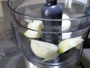 3 - Pour le sofrito, peler l'ail et les oignons, dégermer, et passer au mixeur pour broyer finement. Emonder, et épépiner les tomates, couper en petits morceaux et écraser à l'aide d'une fourchette ou un presse purée, réserver pour poursuivre la réalisation à l'étape suivante.