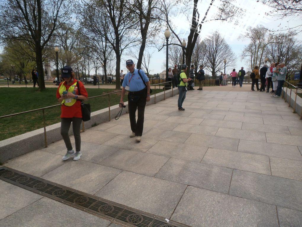 En sus d'être un haut lieu de la contestation aux USA, Washington est un lieu de mémoire. Ci-dessus, l'ensemble est dédié à la seconde guerre mondiale. Les vétérans arrivent en bus sous les applaudissements de la foule. Mouais...