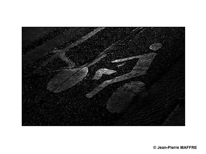 Ces traces, sortes de signatures ou de calligraphies oscillent entre le concret et l'abstrait.