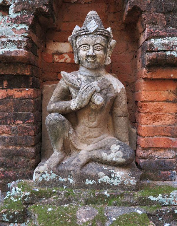 """A perte de vue, des temples ( celui de Hitlominlo, dia 8 ), pagodes, stupas, des monuments en ruine. Plus de 2000. Et des vendeuses de t-shirts qui s'efforcent de vendre aux touristes, avec humour:"""" c'est pas cher, c'est moi qui l'ai fait""""."""
